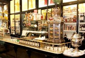Interior de la tienda de Lhardy con su samovar.