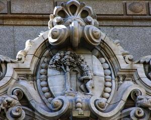 Escudo de Madrid en la fachada del Palacio Real