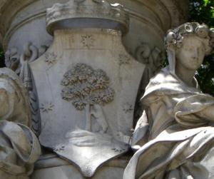 Escudo de Madrid en la Fuente de Apolo