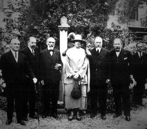 Dª Victoria Eugenia con los Hnos. Benlliure