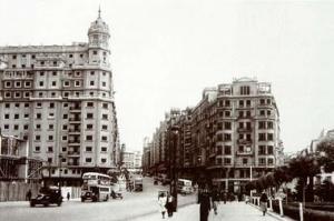La plaza de España con el Edificio España en construcción