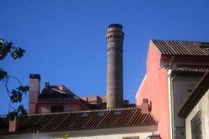 Chimenea de la antigua fabrica de Cervezas Mahou en la calle Amaniel