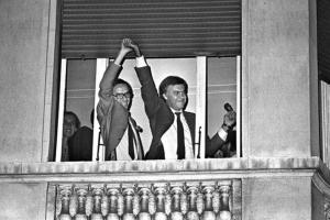 Felipe González y Alfonso Guerra celebrando la victoria del PSOE en 1982