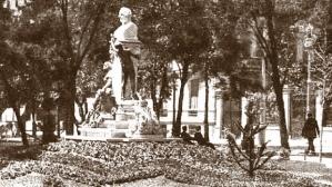 Monumento a Mesonero Romanos en el paseo de Recoletos