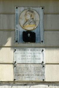 Placa dedicada a Mesonero Romanos en la plaza de Vázquez de Mella