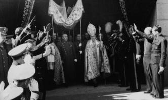 Franco sale bajo palio tras la Misa de Requiem oficiada por el eterno descanso de D. Alfonso XIII