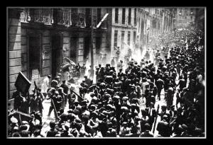 Grupos de exaltados durante los graves acontecimientos del 11 de mayo de 1931
