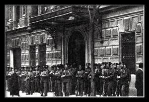La Guardia Civil frente al edificio del diario ABC.