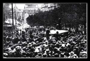 Manifestantes frente a la sede del Ciículo Monárquico Independiente en la calle Alcaládel