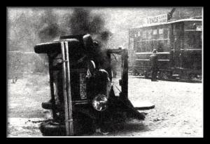 Uno de los vehiculos incendiados frente a la sede del Circulo Monárquico Independiente
