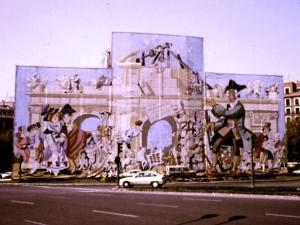 La Puerta de Alcalá en 1992 -  Lonas diseñadas por Mingote