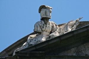 Armaduras, estandartes y trofeos - Frontón de la fachada Oeste 2