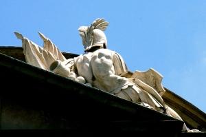 Armaduras, estandartes y trofeos - Frontón de la fachada Oeste