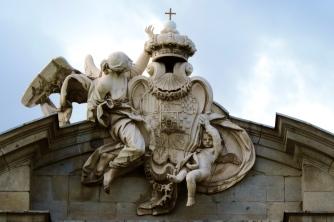 Escudo de Armas de Carlos III  - Fachada Este