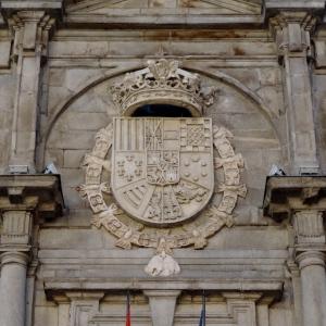 Escudo situado sobre la fachada del Palacio de Santa Cruz