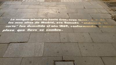 Inscripción acerca de la iglesia de Santa Cruz en el pavimento la calle de la Bolsa