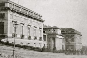El Museo del Prado, antes de la reforma realizada en el siglo XIX en la que se llevo a cabo el desmonte del terreno circundante y la construcción de la escalinata de la puerta de Goya.