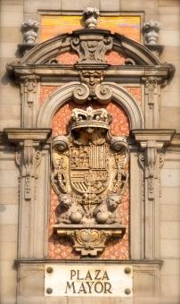 Escudo de España con las armas de Carlos II, situado sobre la fachada de la Casa de la Panadería